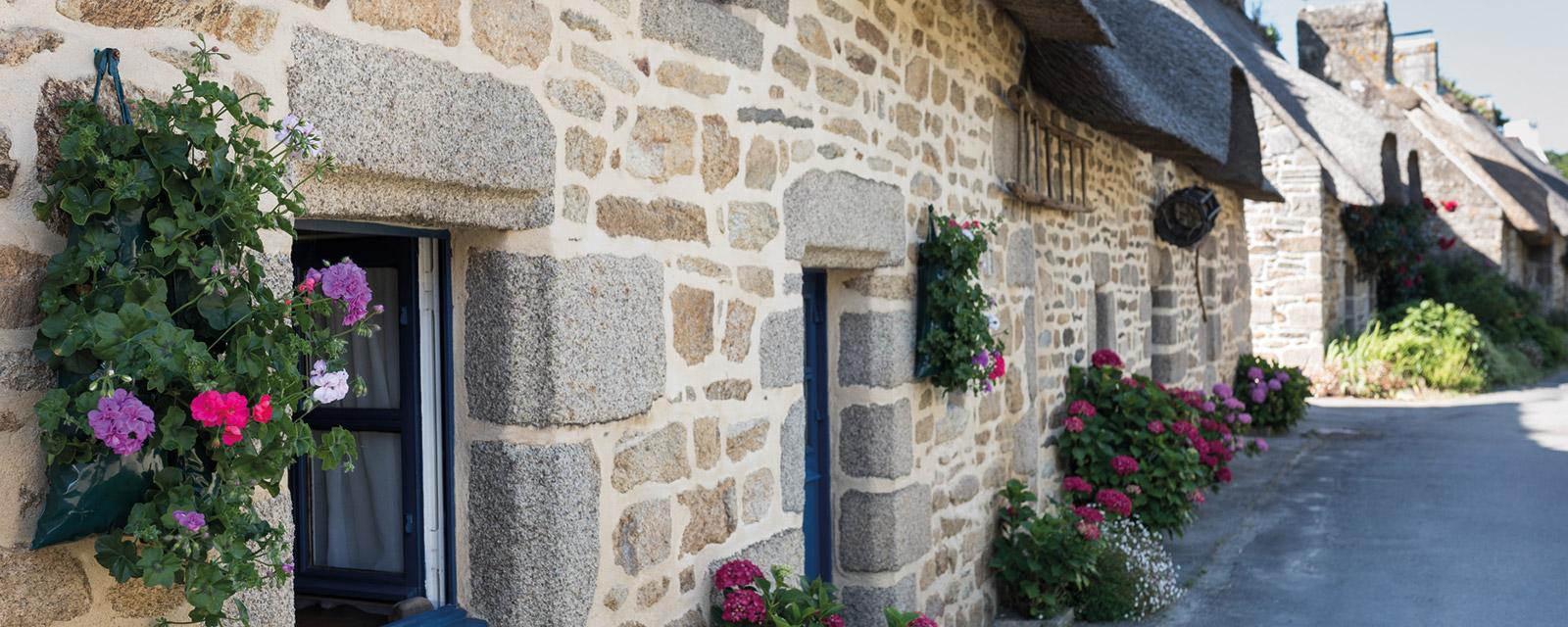 Des outils traditionnels parent les murs