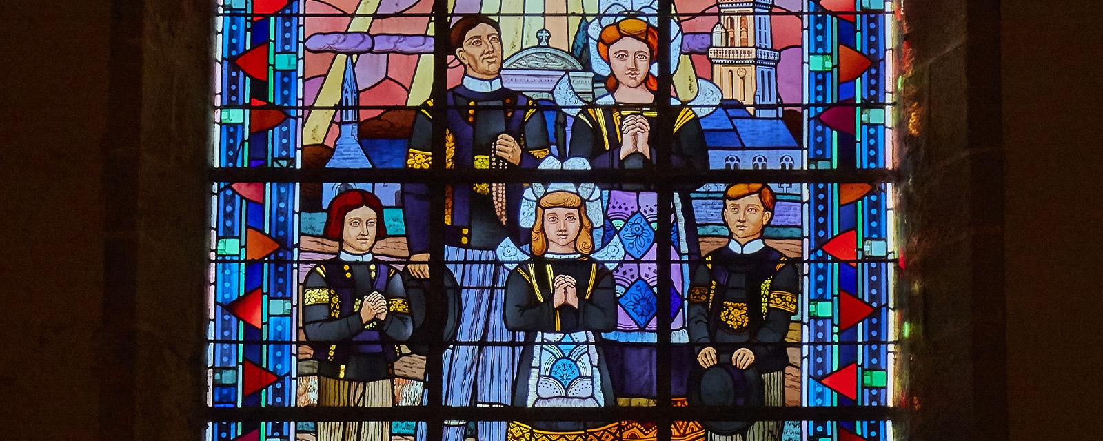 Le costume Melenig représenté sur un vitrail de l'église d'Elliant